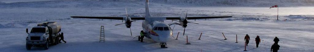 In der eisigen Umgebung von Nunavut ist ein Flugzeug oft das bessere Verkehrsmittel.
