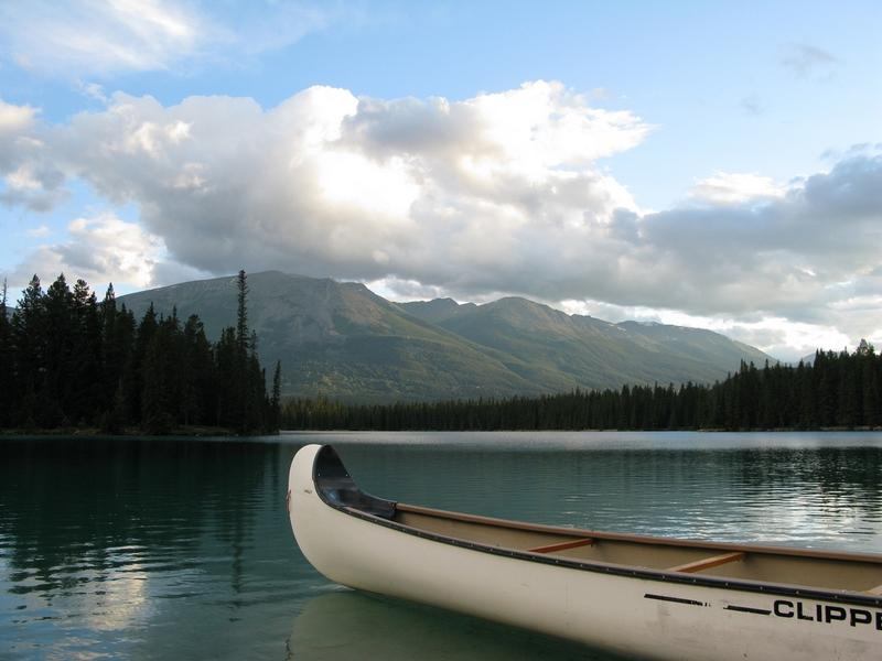Mit solchen Kanus lassen sich die vielen Seen im Jasper Nationalpark überqueren.