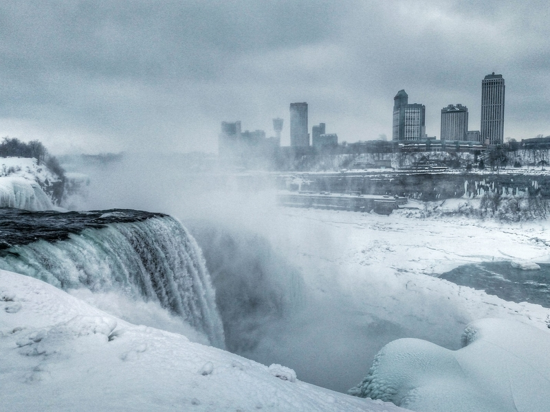Düster drohend: teilgefrorene Niagarafälle im Winter.